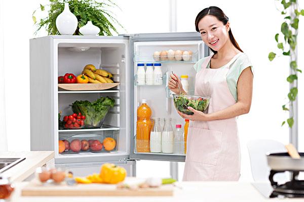 年轻女人在厨房做饭