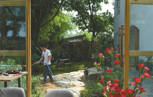 成都夫妻为儿子种出一座百草园