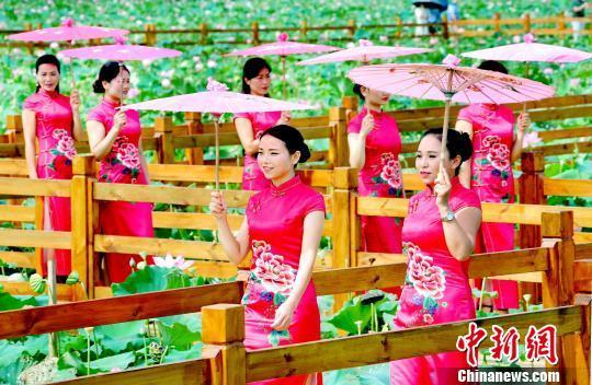 江西鄱阳:传统旗袍秀出美丽乡村