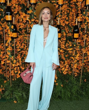 奥利维亚·维尔德:天蓝色喇叭袖裤装清新干练